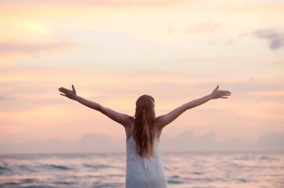 Happiness sea woman open arms - Americanoize - Influencer Marketing Agency